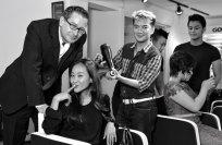 Vợ chồng Đoan Trang âu yếm trong tiệm cắt tóc